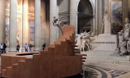 Koreograf ve dansçı YOANN BOURGEOIS Pantheon'da anıtları harekete geçiriyor.