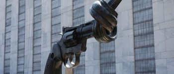 '1 Eser' : John Lennon'ın öldürülmesine tepki heykeli 'Şiddetsizlik'