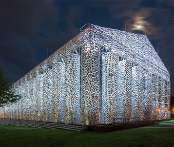 Politik Baskıya Karşı Yüz Bin Yasaklı Kitap ile Yapılan Anıtsal Heykel