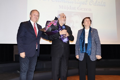 Photo of 'Cumhuriyet Ödülü' Müjdat Gezen'e verildi.