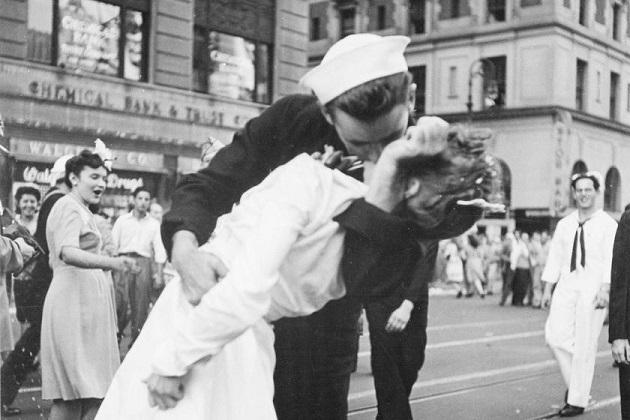 Photo of 'En ünlü öpücük'ün hikayesi – Özlem Dikel yazdı…